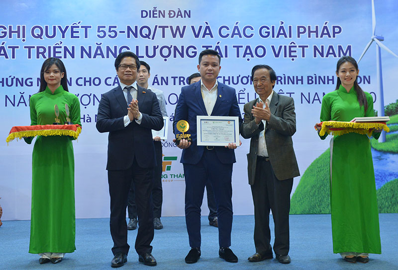 Vietnam honors 11 major renewable energy projects in 2020