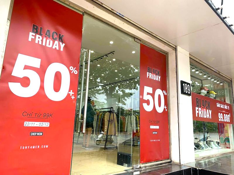 Bustling Hanoi retail stores ahead of Black Friday