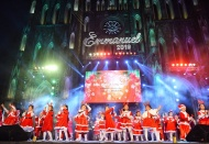 Thousands of people in Hanoi, HCM City flock downtown to celebrate Christmas