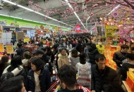 Long queues at Hanoi's supermarkets as Tet is drawing near