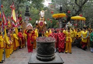 Giong Festival kicks off, presenting 10,000 lucky bamboo blossoms to pilgrims