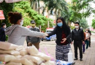 Hanoians help the poor overcome Covid-19 pandemic