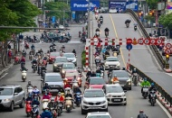 Hanoi, HCMC streets crowded few days before scheduled end of national social distancing order