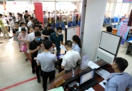 Unemployment benefit claims in Hanoi spike on Covid-19