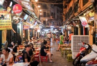 Hanoi enforces social distancing at eateries and bars