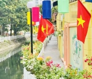 Hanoi: Walkway around Truc Bach Lake 'dresses up new clothes'
