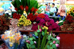 A busy night at Quang Ba flower market