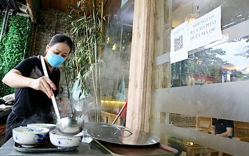Hanoians on first day of on-site dining after social distancing