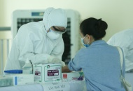 Vietnam starts vaccinating workers in epicenters