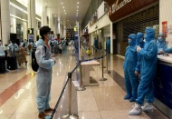 Hanoi, HCMC airports stop receiving foreign arrivals